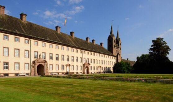 Abadía de Corvey: fachada oeste del antiguo monasterio y westwork, cerca de Hoxter, Renania del Norte-Westfalia, Alemania