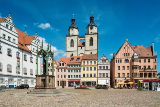Plaza del mercado con el Ayuntamiento y el Monumento a Lutero, la ciudad de Lutero Wittenberg, Sajonia-Anhalt, Alemania.