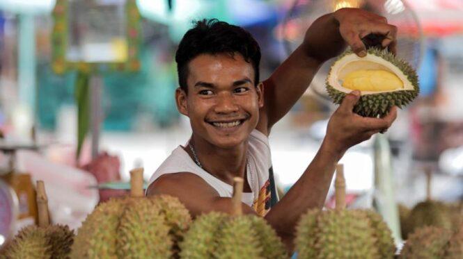 Un hombre y su durian | © Khajonsak Manganu / Shutterstock